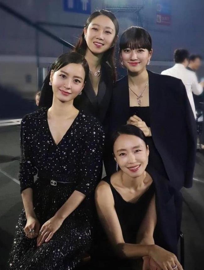 """Khi """"tình cũ Lee Min Ho"""" Suzy đứng chung khung hình với các mỹ nhân đình đám nhất làng giải trí Hàn Quốc, liệu nhan sắc có còn xuất chúng nhất? - Ảnh 2."""