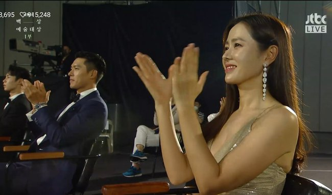 Bức ảnh hot nhất sự kiện Baeksang 2020: Hyun Bin - Son Ye Jin ngồi cách xa nhau nhưng vẫn tranh thủ liếc mắt đưa tình - Ảnh 1.