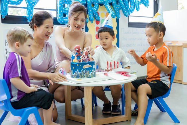 Hoa hậu Phan Hoàng Thu diện trang phục gợi cảm mừng sinh nhật con trai - Ảnh 1.