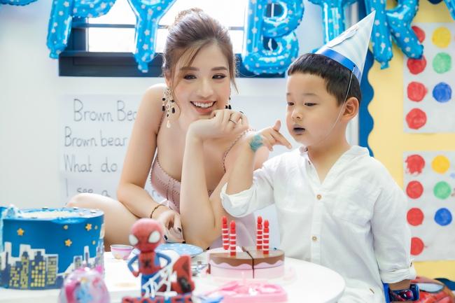 Hoa hậu Phan Hoàng Thu diện trang phục gợi cảm mừng sinh nhật con trai - Ảnh 2.