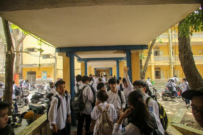 Hà Nội: Trường THPT Trương Định xuống cấp nghiêm trọng, nhà trương khẩn trương mượn nơi học tạm cho học sinh - Ảnh 5.