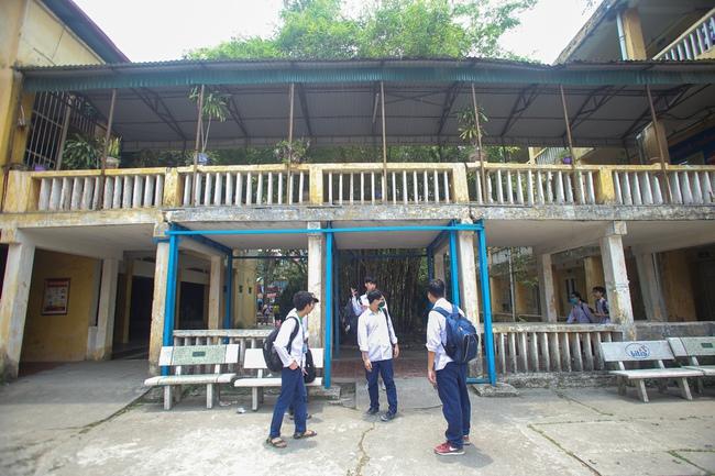 Hà Nội: Trường THPT Trương Định xuống cấp nghiêm trọng, nhà trương khẩn trương mượn nơi học tạm cho học sinh - Ảnh 4.