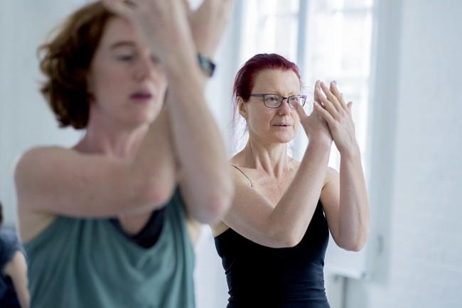 Dân tình phát hoảng đoạn clip giảng viên dạy múa cầm gậy vụt mạnh vũ công, hé lộ nhiều sự thật khắt khe về công việc nghệ thuật này - Ảnh 5.