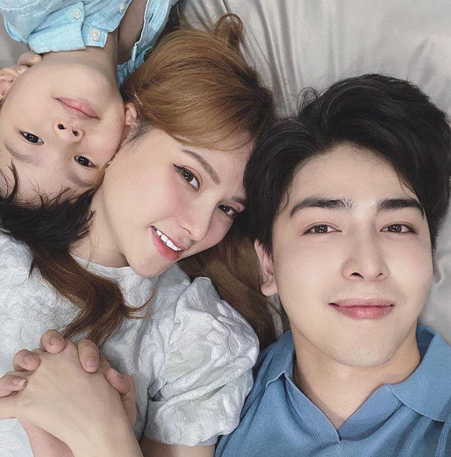 Bà bầu Thu Thủy đăng ảnh hạnh phúc bên chồng và con trai riêng.