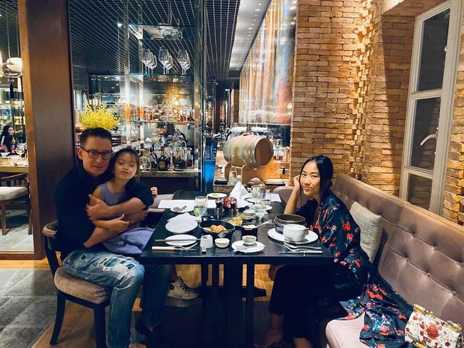 Gia đình Đoan Trang đi ăn uống thư giãn cùng nhau.