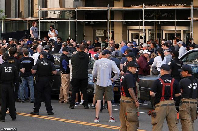 2 cảnh sát Mỹ bị bắt vi xô ngã cụ ông 75 tuổi đập đầu xuống đất nguy kịch, video quay lại hiện trường khiến dư luận sục sôi - Ảnh 4.