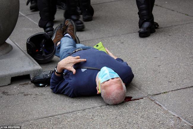 2 cảnh sát Mỹ bị bắt vi xô ngã cụ ông 75 tuổi đập đầu xuống đất nguy kịch, video quay lại hiện trường khiến dư luận sục sôi - Ảnh 1.