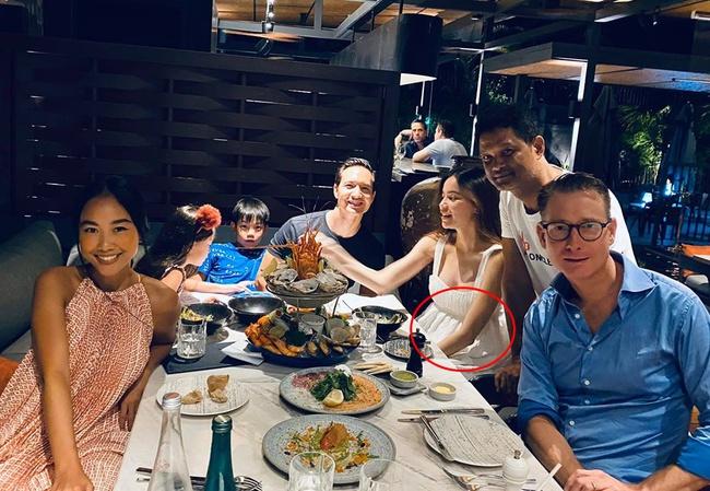 Hồ Ngọc Hà lộ bụng bầu lớn, thân hình mũm mĩm hơn khi đi ăn cùng bạn bè - Ảnh 2.
