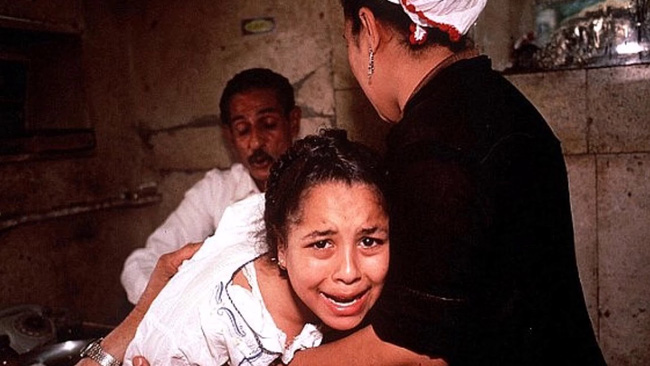 Ai Cập: 3 bé gái bị cha đẻ lừa đưa đi tiêm vaccine phòng Covid-19 để cắt âm vật - Ảnh 1.