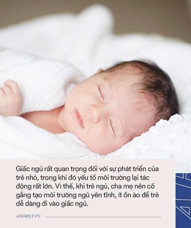 Bố mẹ ngủ say sưa, riêng bé con cứ nhìn trân trân vào mặt mẹ, lý do hết sức buồn cười - Ảnh 3.