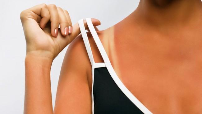 Đừng quên bôi kem chống nắng ngay cả khi ở trong nhà hay trời râm mát, vì tia UV có khả năng xuyên qua mây và cửa sổ khiến da bạn sạm đen và nhanh lão hóa - Ảnh 2.