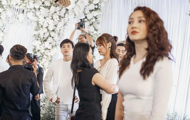 Ảnh hiếm trong đám cưới Trường Giang - Nhã Phương bất ngờ được chia sẻ, gây chú ý lại chính là khoảnh khắc Hồ Quang Hiếu lặng lẽ nhìn Bảo Anh đầy tiếc nuối  - Ảnh 5.