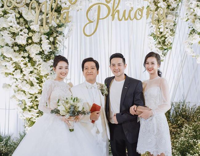 Ảnh hiếm trong đám cưới Trường Giang - Nhã Phương bất ngờ được chia sẻ, gây chú ý lại chính là khoảnh khắc Hồ Quang Hiếu lặng lẽ nhìn Bảo Anh đầy tiếc nuối  - Ảnh 3.
