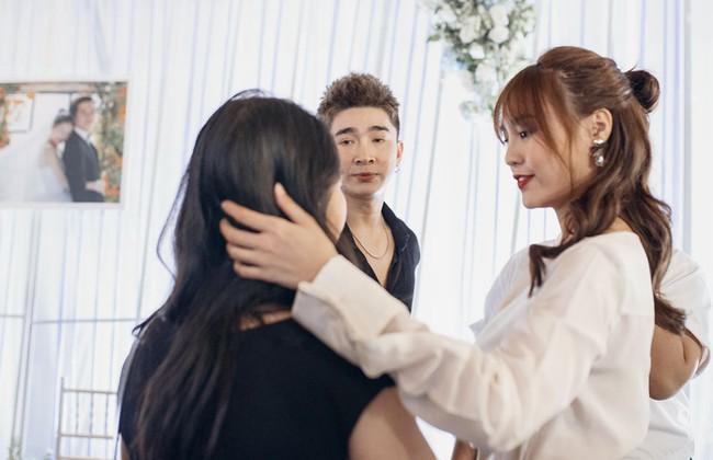 Ảnh hiếm trong đám cưới Trường Giang - Nhã Phương bất ngờ được chia sẻ, gây chú ý lại chính là khoảnh khắc Hồ Quang Hiếu lặng lẽ nhìn Bảo Anh đầy tiếc nuối  - Ảnh 4.