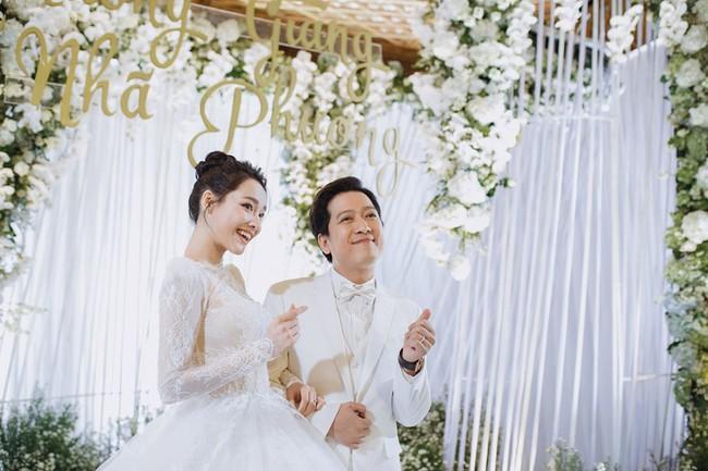 Ảnh hiếm trong đám cưới Trường Giang - Nhã Phương bất ngờ được chia sẻ, gây chú ý lại chính là khoảnh khắc Hồ Quang Hiếu lặng lẽ nhìn Bảo Anh đầy tiếc nuối  - Ảnh 1.