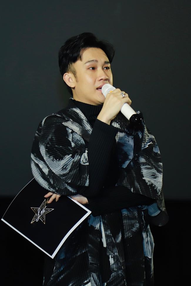 """Sau khi cùng mọi người xem xong MV, Dương Triệu Vũ xúc động đến bật khóc. Anh dành lời cám ơn trân trọng đến ekip của mình, những người đã ngày đêm cùng anh """"thai nghén để tạo ra MV lần này."""