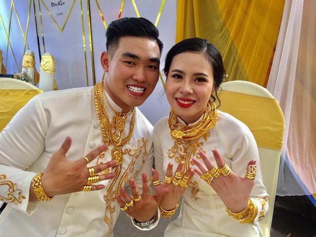 """Xuýt xoa với hình ảnh cô dâu đeo vàng kín 2 tay, cổ trĩu nặng trong ngày cưới ở Sóc Trăng khiến dân mạng gật gù: """"Lấy chồng đúng là một gánh nặng"""" - Ảnh 6."""