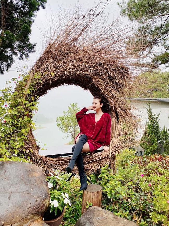 Jennifer Phạm chia sẻ: Đà Lạt chào đón em bằng những cơn mưa rào se se lạnh.