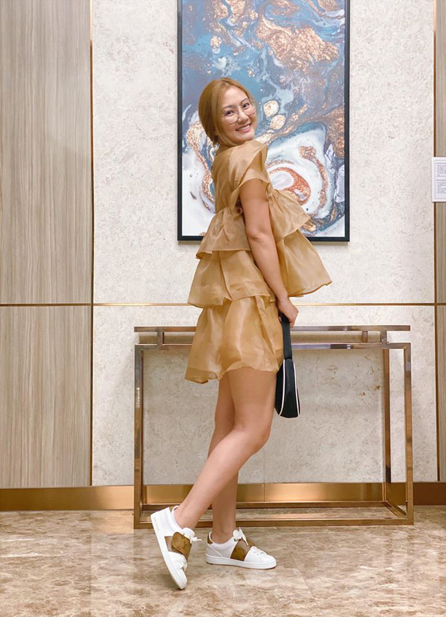 Ngọc Lan tranh thủ chụp hình sống ảo khi diện trang phục bánh bèo.