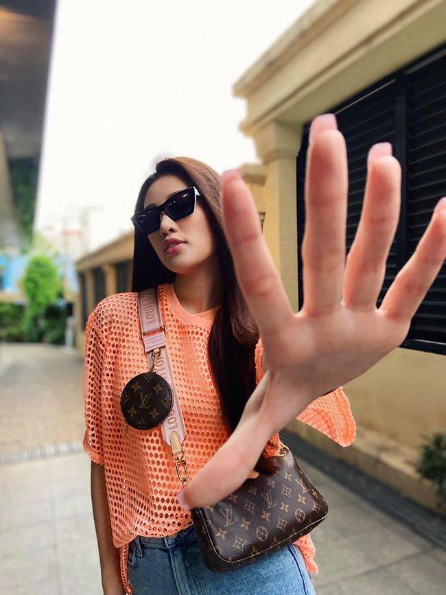 Khánh Vân phát biểu: Ai muốn nắm tay Vân đi khắp thế gian?.