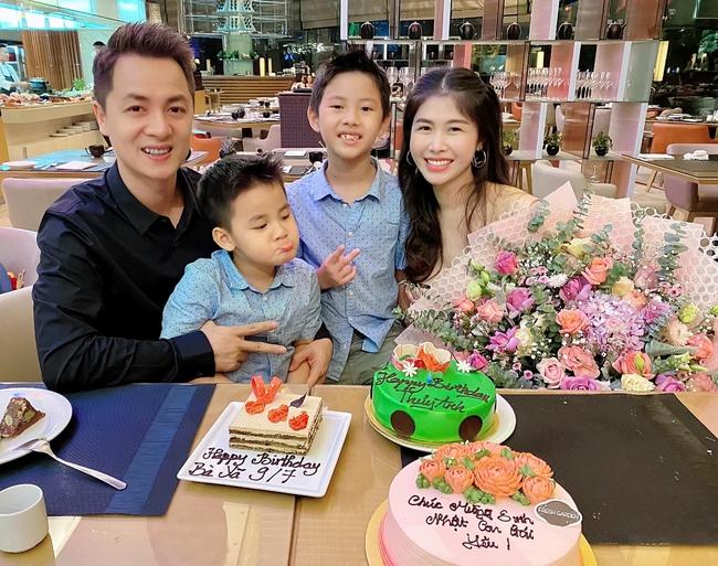 """Bà xã Đăng Khôi tổ chức sinh nhật """"18 tuổi"""" bên gia đình, nhưng hễ xuất hiện cậu út lại chiếm spotlight vì biểu cảm cực hài - Ảnh 4."""