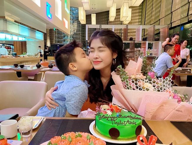 """Bà xã Đăng Khôi tổ chức sinh nhật """"18 tuổi"""" bên gia đình, nhưng hễ xuất hiện cậu út lại chiếm spotlight vì biểu cảm cực hài - Ảnh 3."""