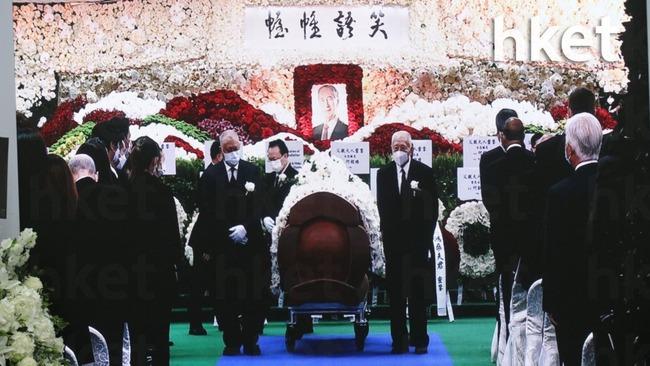 Lễ nhập quan của Vua sòng bài Macau: Hơn 300 ảnh gia tộc được trình chiếu, con trai thứ 2 xúc động cầm di ảnh của bố - Ảnh 7.