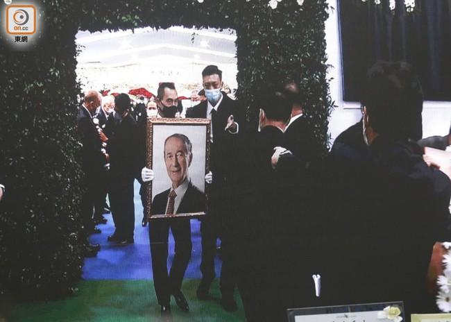 Lễ nhập quan của Vua sòng bài Macau: Hơn 300 ảnh gia tộc được trình chiếu, con trai thứ 2 xúc động cầm di ảnh của bố - Ảnh 8.