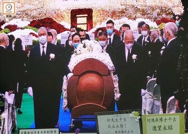 Lễ nhập quan của Vua sòng bài Macau: Hơn 300 ảnh gia tộc được trình chiếu, con trai thứ 2 xúc động cầm di ảnh của bố - Ảnh 6.