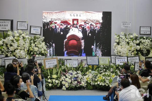 Lễ nhập quan của Vua sòng bài Macau: Hơn 300 ảnh gia tộc được trình chiếu, con trai thứ 2 xúc động cầm di ảnh của bố - Ảnh 5.