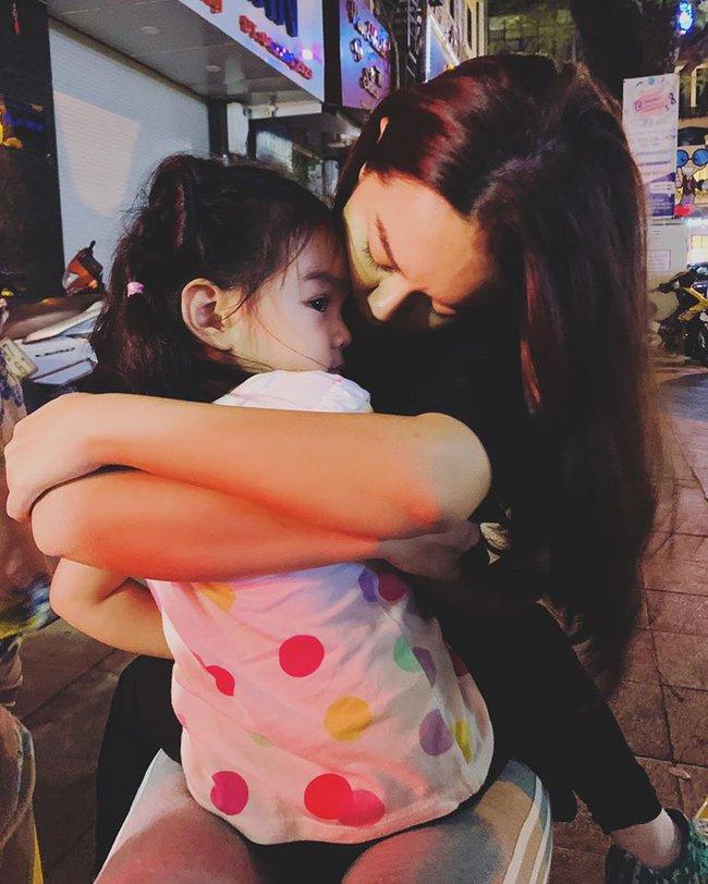Phạm Quỳnh Anh ôm ấp con gái cưng giữa lòng thủ đô Hà Nội.