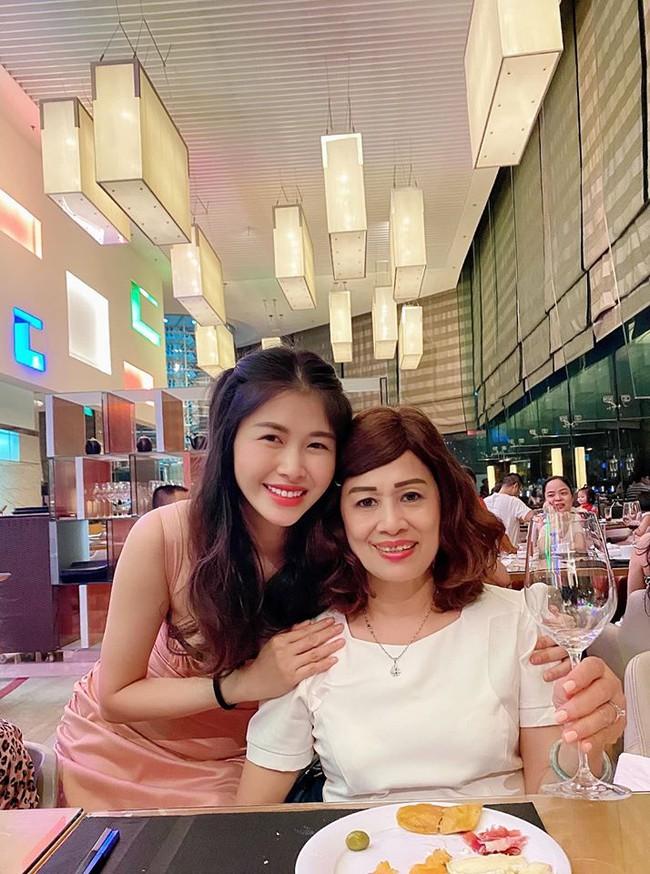 """Bà xã Đăng Khôi tổ chức sinh nhật """"18 tuổi"""" bên gia đình, nhưng hễ xuất hiện cậu út lại chiếm spotlight vì biểu cảm cực hài - Ảnh 7."""
