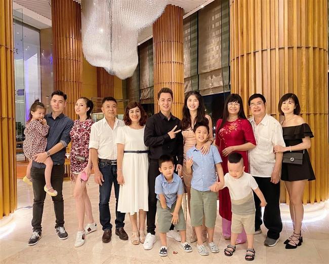 """Bà xã Đăng Khôi tổ chức sinh nhật """"18 tuổi"""" bên gia đình, nhưng hễ xuất hiện cậu út lại chiếm spotlight vì biểu cảm cực hài - Ảnh 5."""