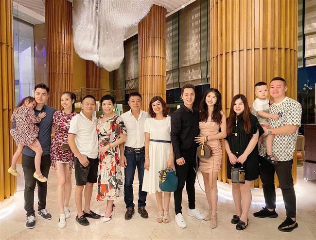 """Bà xã Đăng Khôi tổ chức sinh nhật """"18 tuổi"""" bên gia đình, nhưng hễ xuất hiện cậu út lại chiếm spotlight vì biểu cảm cực hài - Ảnh 1."""