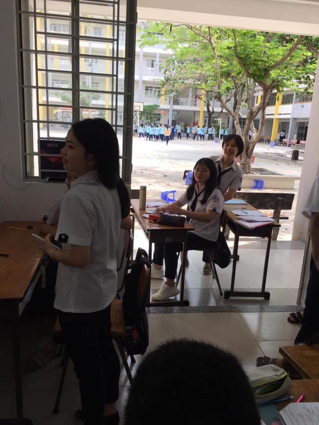 Khi muốn học bài mà lớp quá ồn ào, hai nam sinh đã chọn một vị trí ngồi học
