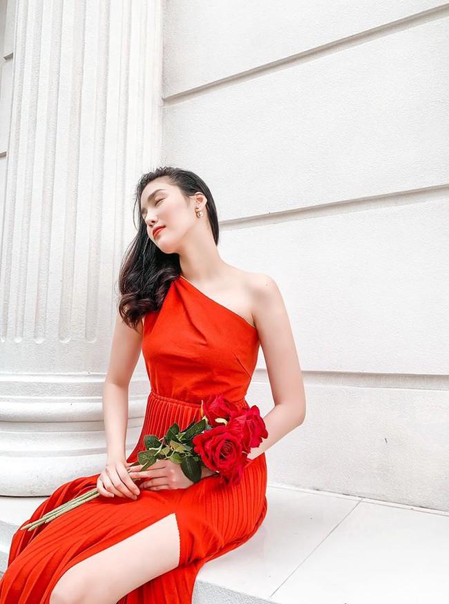 Lan Khuê diện đầm đỏ lệch vai xinh lung linh.