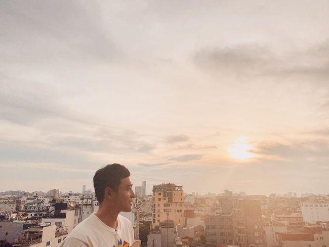 Quang Vinh tranh thủ chụp hình khi tới Hà Nội.