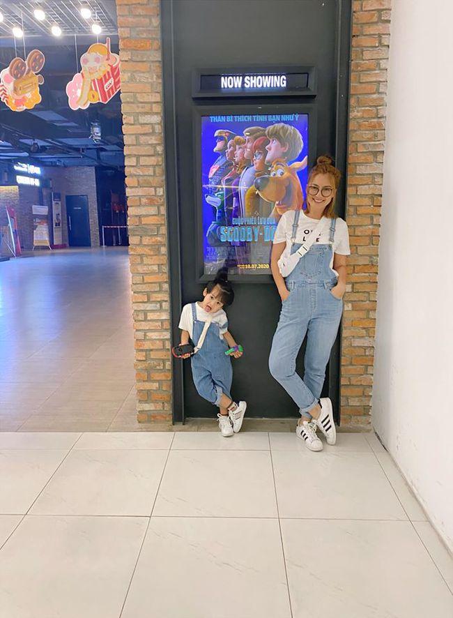 Ngọc Lan và con trai mặc đồ đôi đi xem phim.