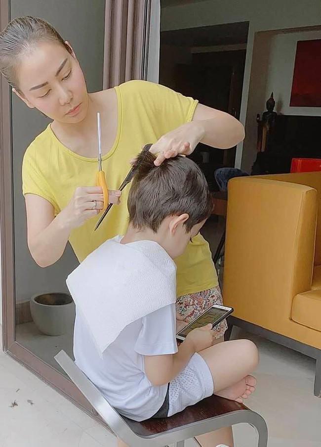 Thu Minh tự tay cắt tóc cho con trai cưng.