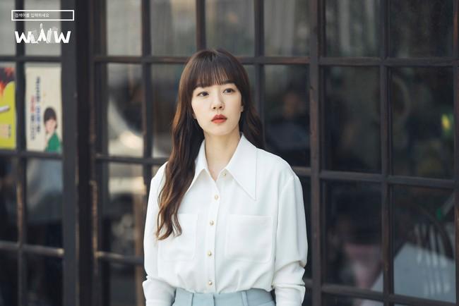 Không chỉ để ngắm, loạt công thức diện áo sơ mi trong phim Hàn còn rất dễ áp dụng và cam đoan sẽ đẹp xinh thanh lịch hết cỡ - Ảnh 6.