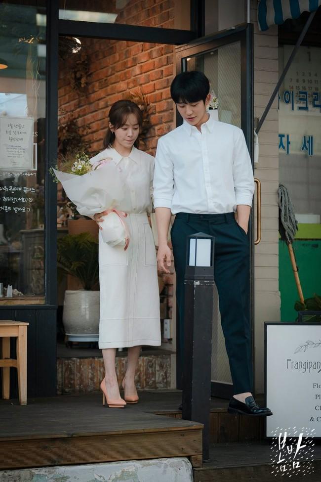 Không chỉ để ngắm, loạt công thức diện áo sơ mi trong phim Hàn còn rất dễ áp dụng và cam đoan sẽ đẹp xinh thanh lịch hết cỡ - Ảnh 12.