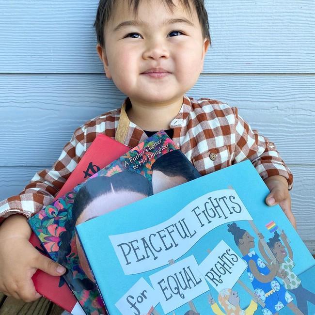 Bé trai 2 tuổi bỗng nổi như cồn khi luôn nói một câu mỗi lúc được mẹ giúp đỡ hoặc cho đồ ăn - Ảnh 2.