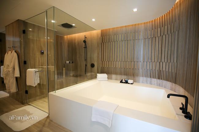 """Đi khách sạn bấy lâu ai cũng dùng chiếc khăn vắt trước cửa buồng tắm để lau người, nhưng khi biết nó có công dụng hoàn toàn khác ai cũng """"hú hồn"""" - Ảnh 1."""