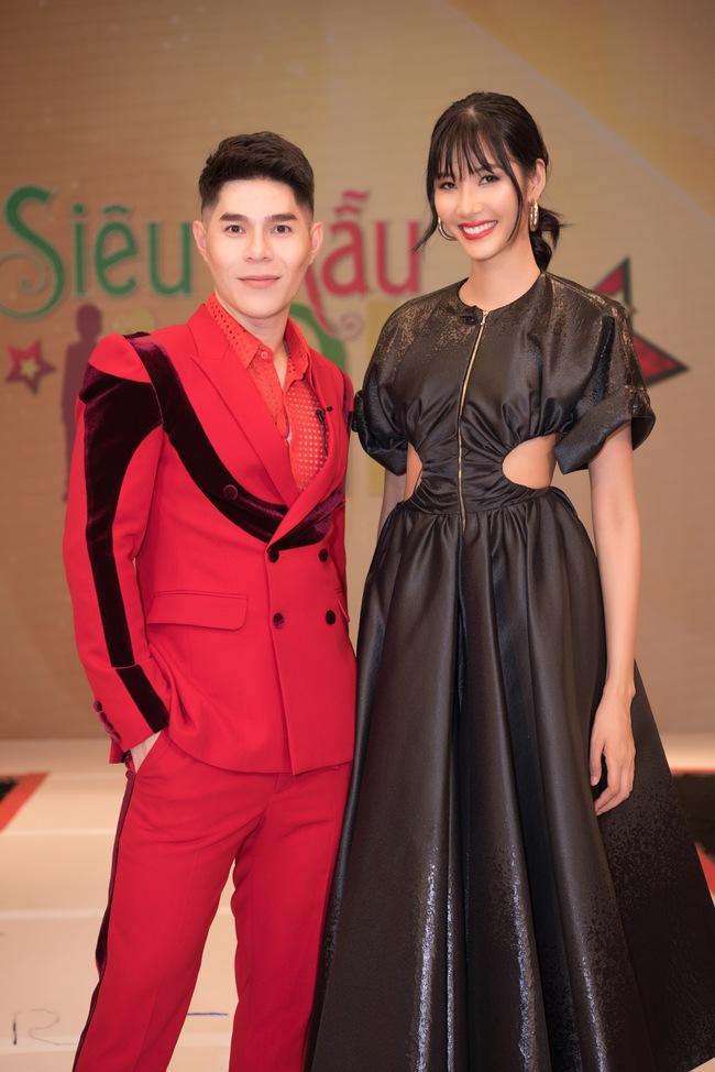 """Á hậu Hoàng Thùy xuất hiện ấn tượng khiến Vân Trang vô tình bị """"dìm hàng"""" với màu tím bắt trend nhưng quê kiểng - Ảnh 2."""