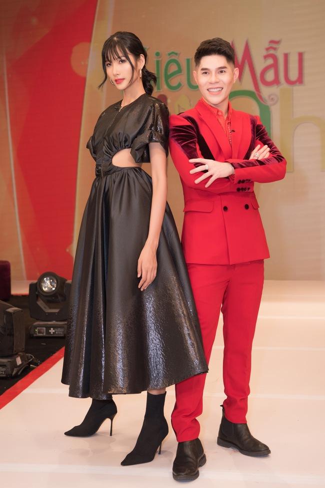 """Á hậu Hoàng Thùy xuất hiện ấn tượng khiến Vân Trang vô tình bị """"dìm hàng"""" với màu tím bắt trend nhưng quê kiểng - Ảnh 3."""