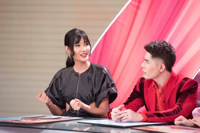 """Á hậu Hoàng Thùy xuất hiện ấn tượng khiến Vân Trang vô tình bị """"dìm hàng"""" với màu tím bắt trend nhưng quê kiểng - Ảnh 9."""