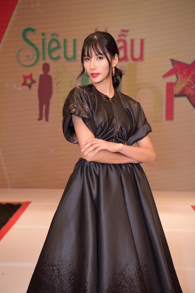 """Á hậu Hoàng Thùy xuất hiện ấn tượng khiến Vân Trang vô tình bị """"dìm hàng"""" với màu tím bắt trend nhưng quê kiểng - Ảnh 4."""