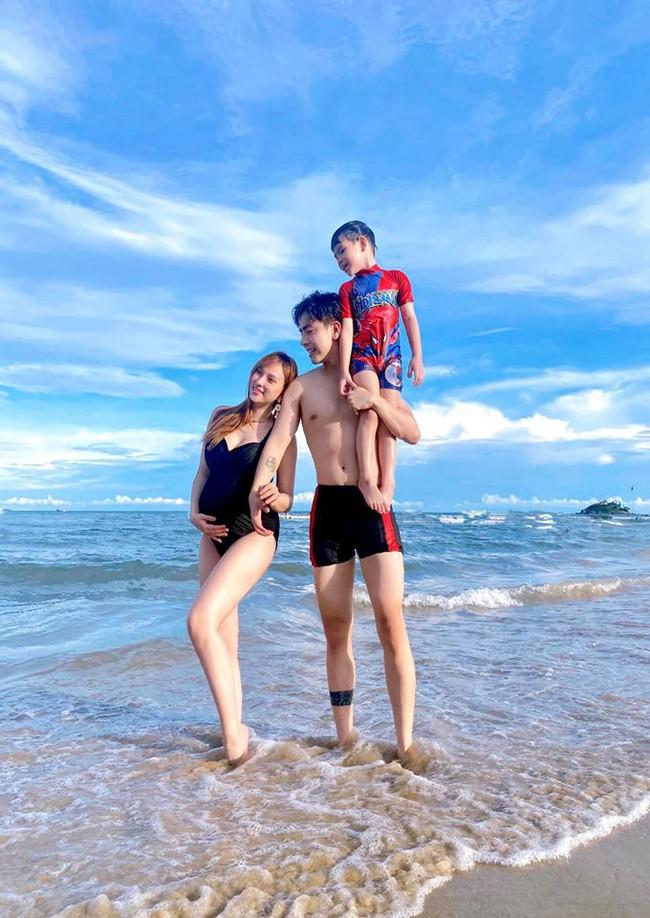 Thu Thủy mặc áo tắm, khoe bụng bầu bên chồng và con trai cưng trong chuyến du lịch biển.