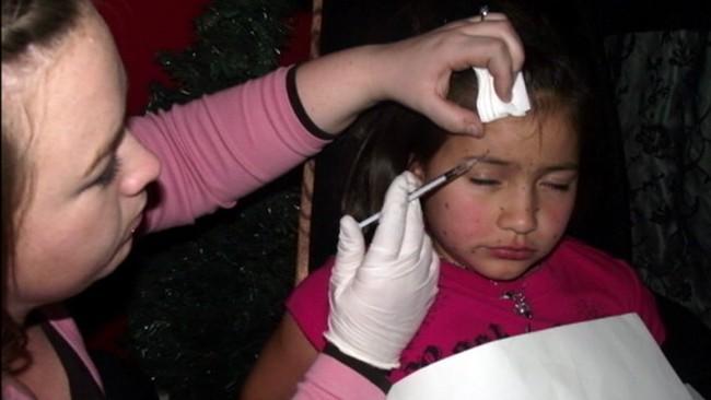 Số phận của bé gái sau 9 năm bị mẹ bắt tiêm chất làm đầy khắp khuôn mặt và tẩy lông toàn thân để tham dự các cuộc thi sắc đẹp - Ảnh 3.