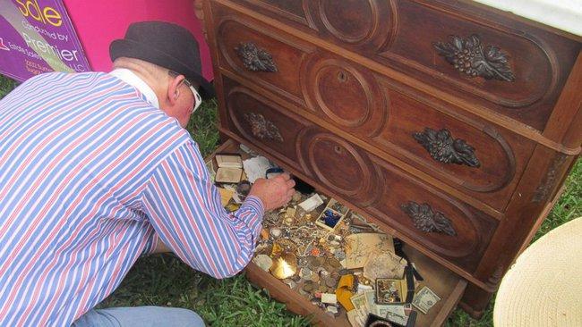 Hí hưởng mua được chiếc tủ chỉ với hơn 2 triệu đồng, người đàn ông chưa kịp về nhà đã khám phá ra gia tài trong ngăn kéo bí mật - Ảnh 3.
